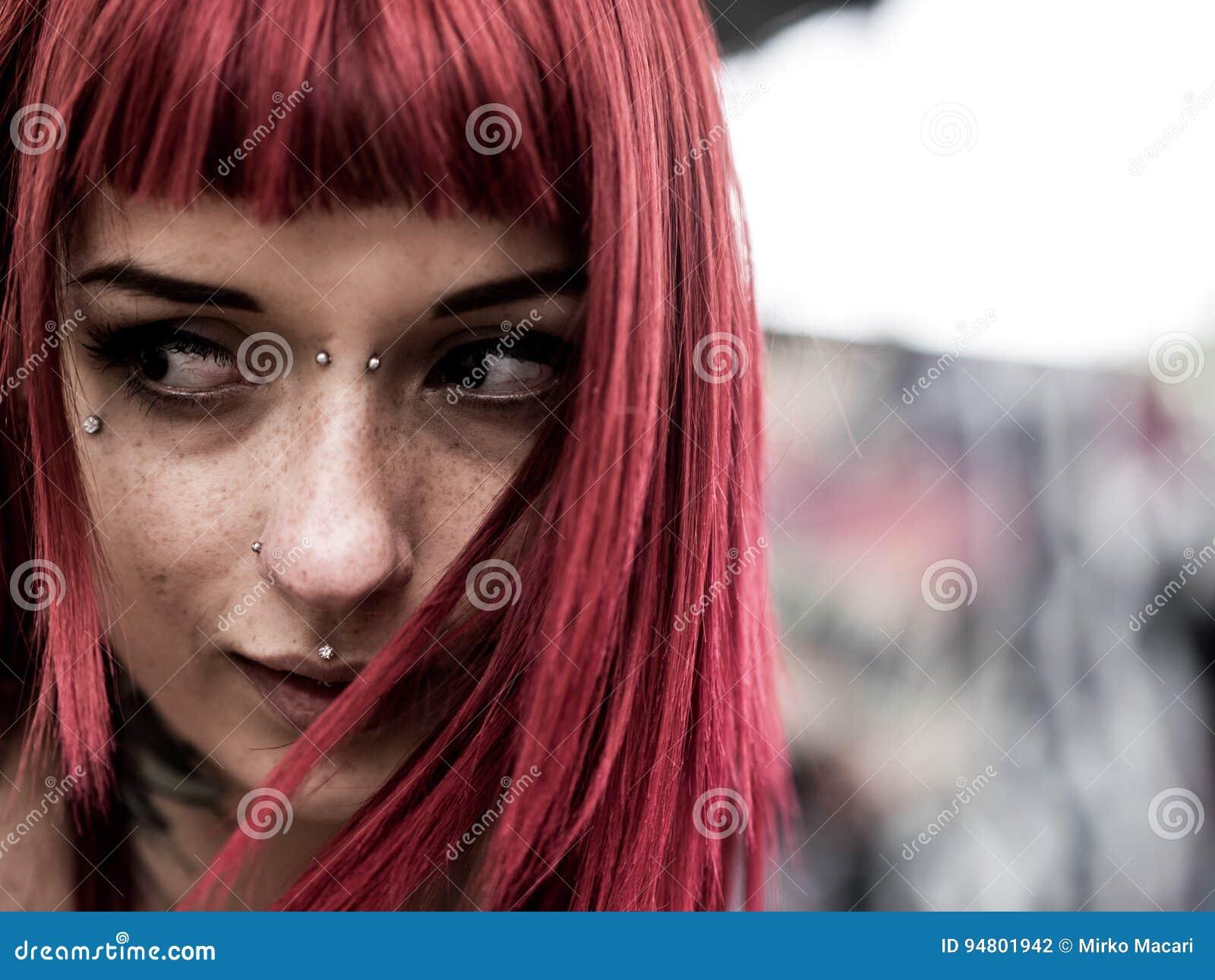 Retrato de la muchacha de la belleza con las pecas