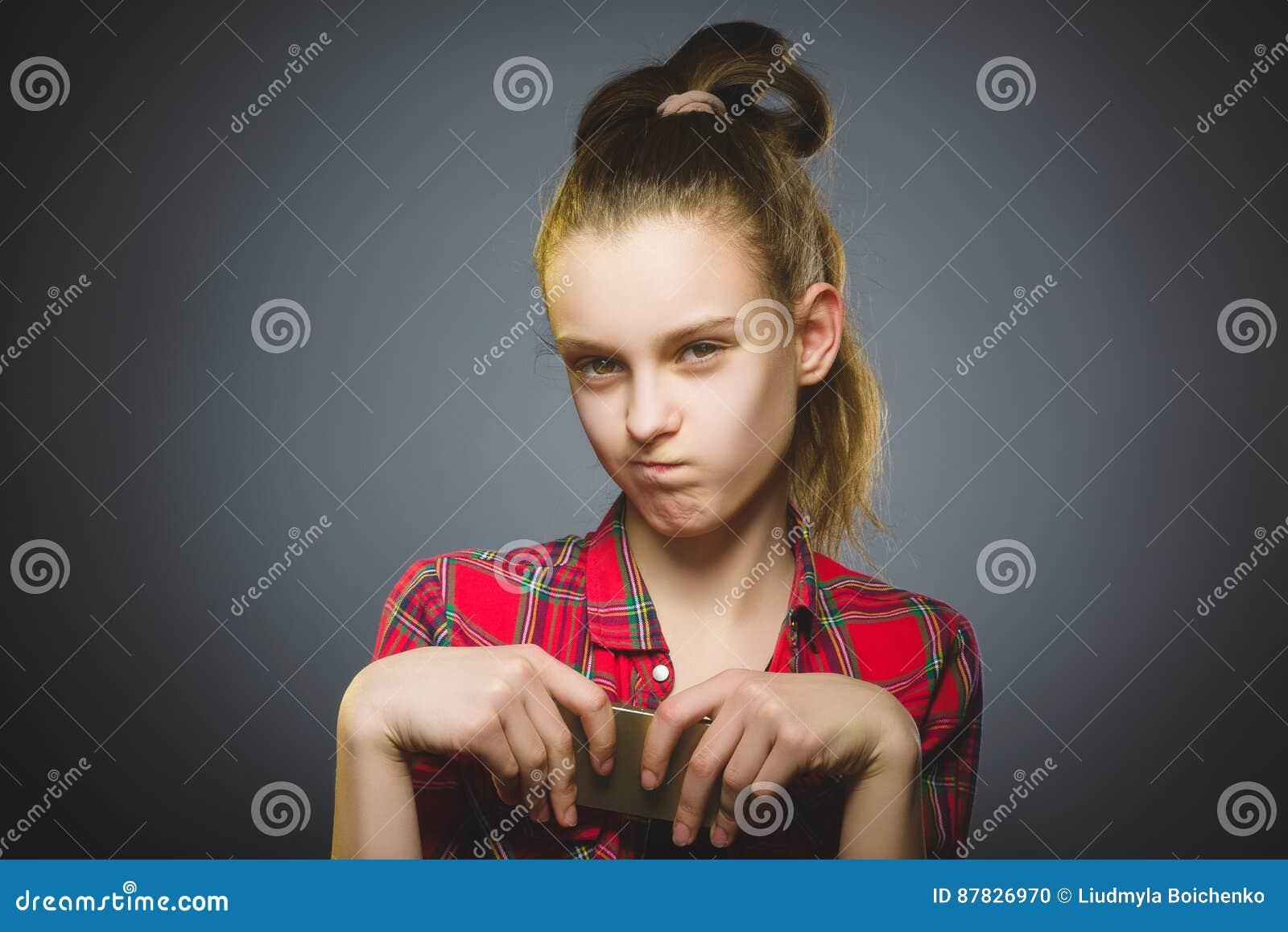Retrato de la muchacha de la ofensa con el móvil o el teléfono celular Emoción humana negativa
