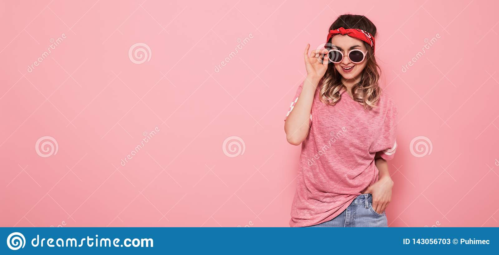 Retrato de la muchacha del inconformista en vidrios en fondo rosado