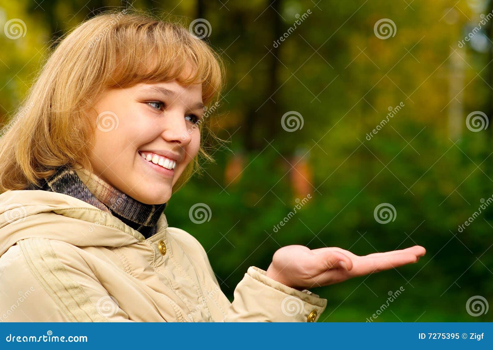 Retrato de la muchacha en chaqueta amarillenta