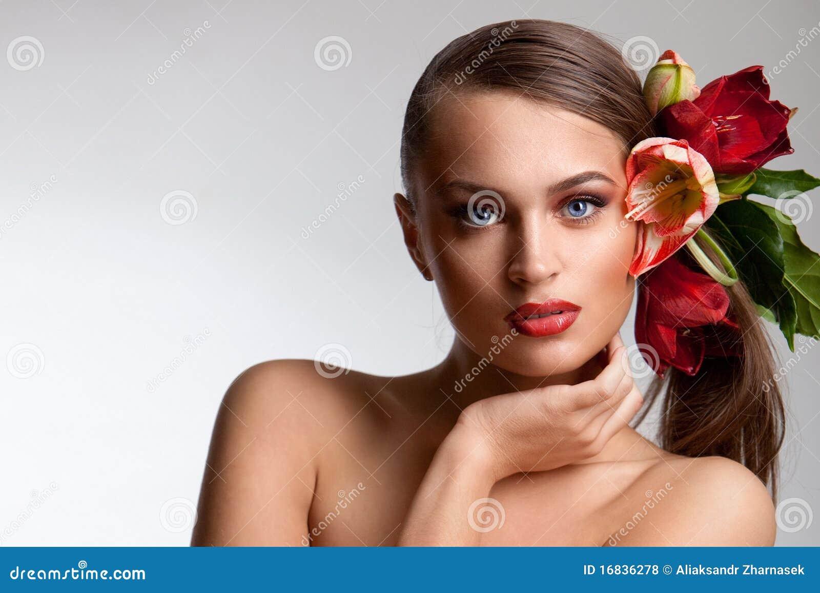 Retrato de la muchacha hermosa con las flores