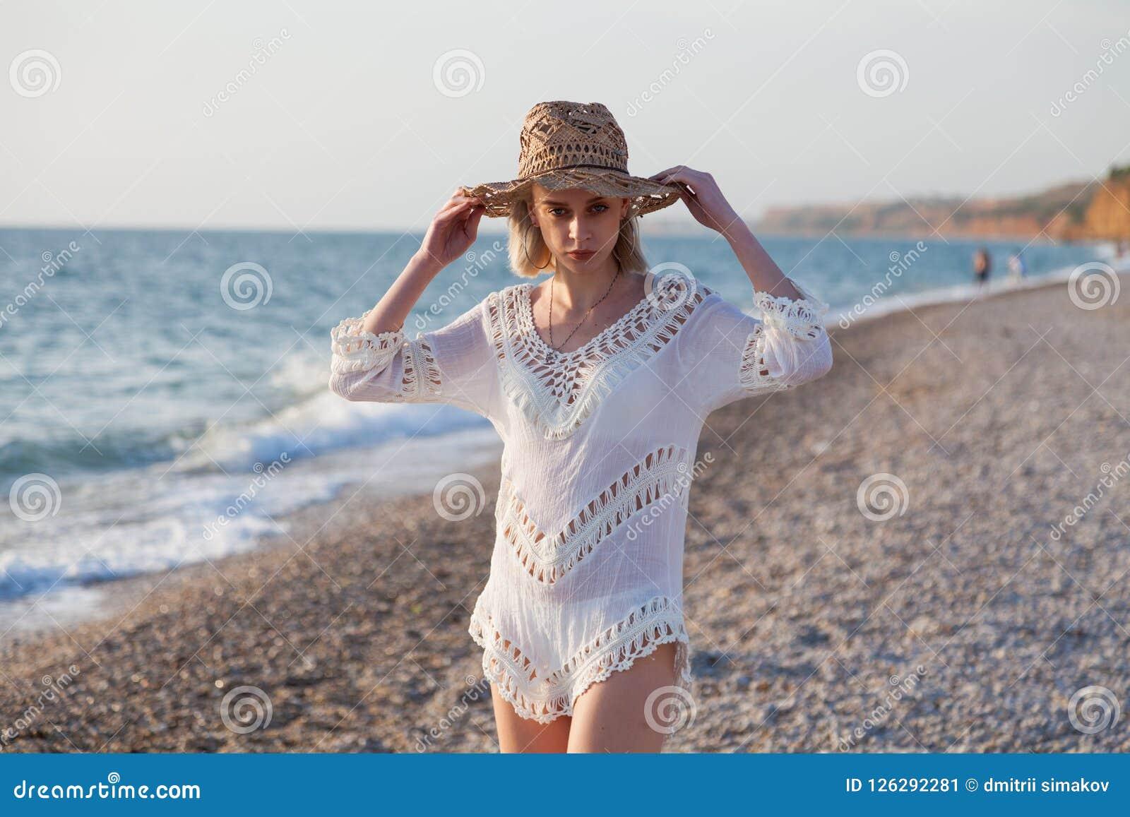 Retrato de la muchacha hermosa en ropa interior en el océano de la playa