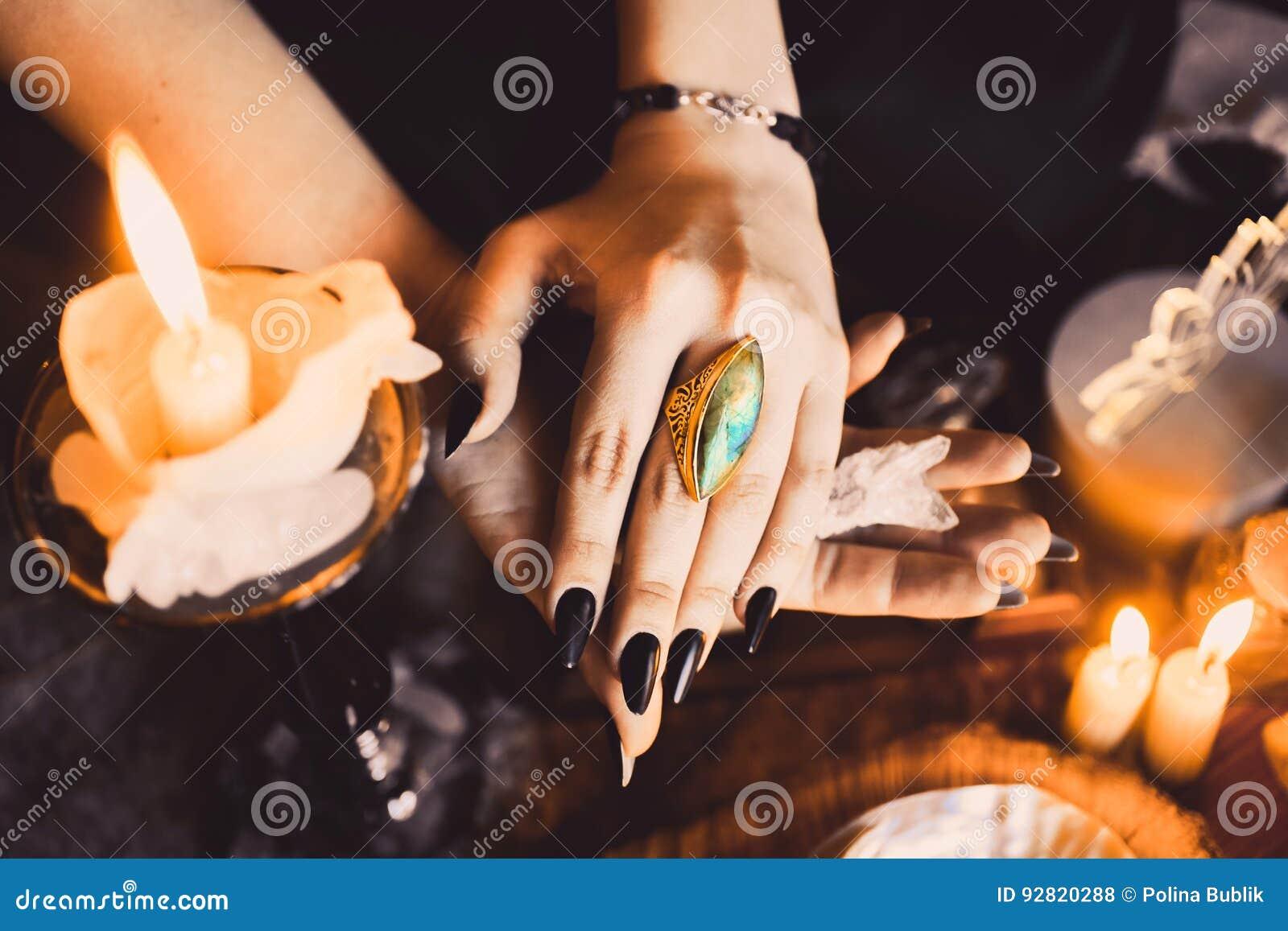 Retrato de la muchacha pelirroja hermosa joven en la imagen de una bruja gótica en Halloween
