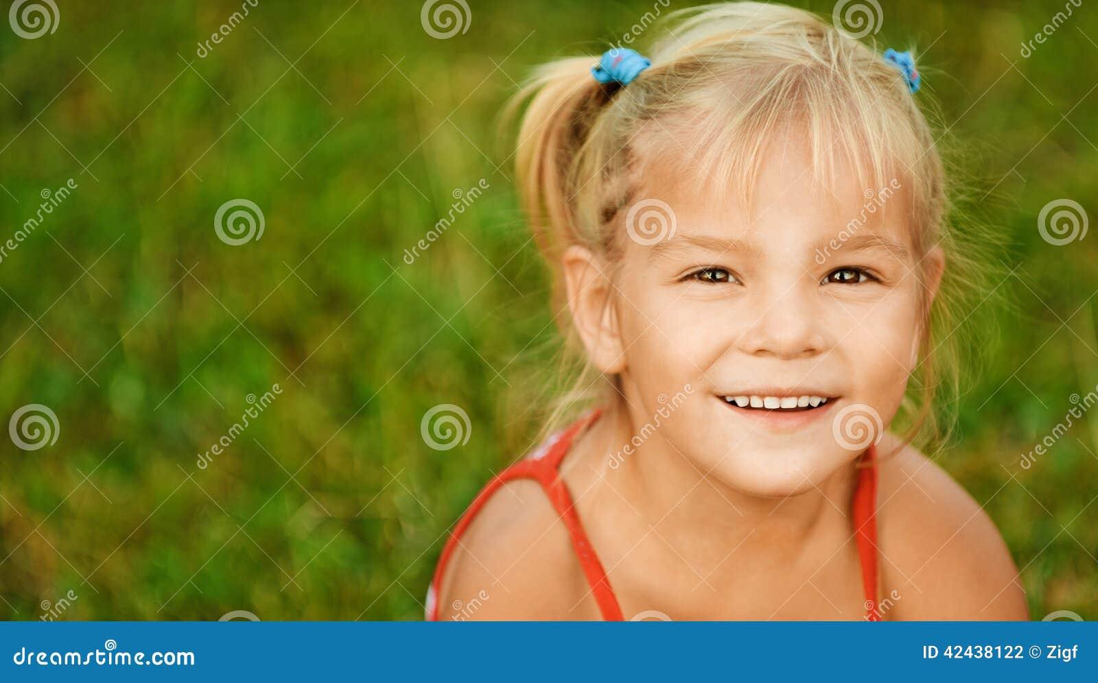 Retrato de la muchacha poco bastante de pelo rubio