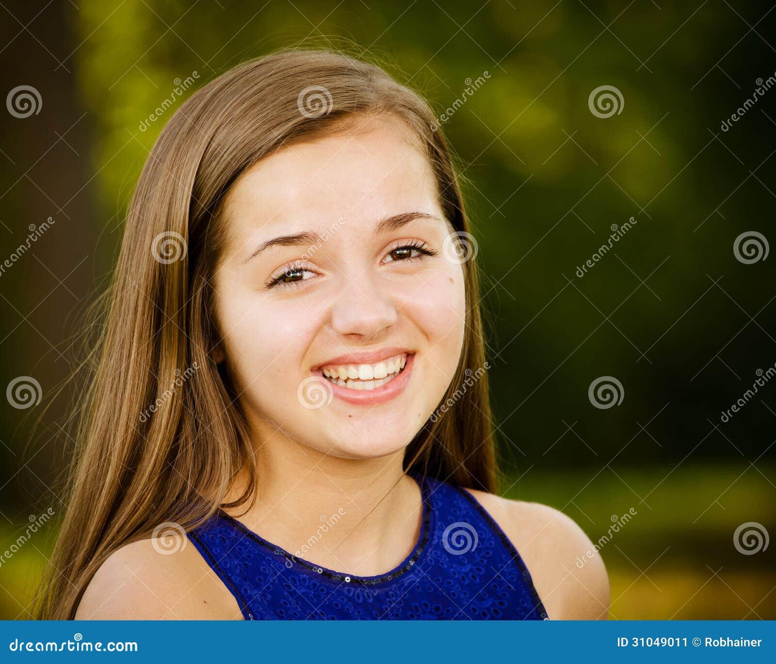 Retrato de la muchacha pre-adolescente feliz