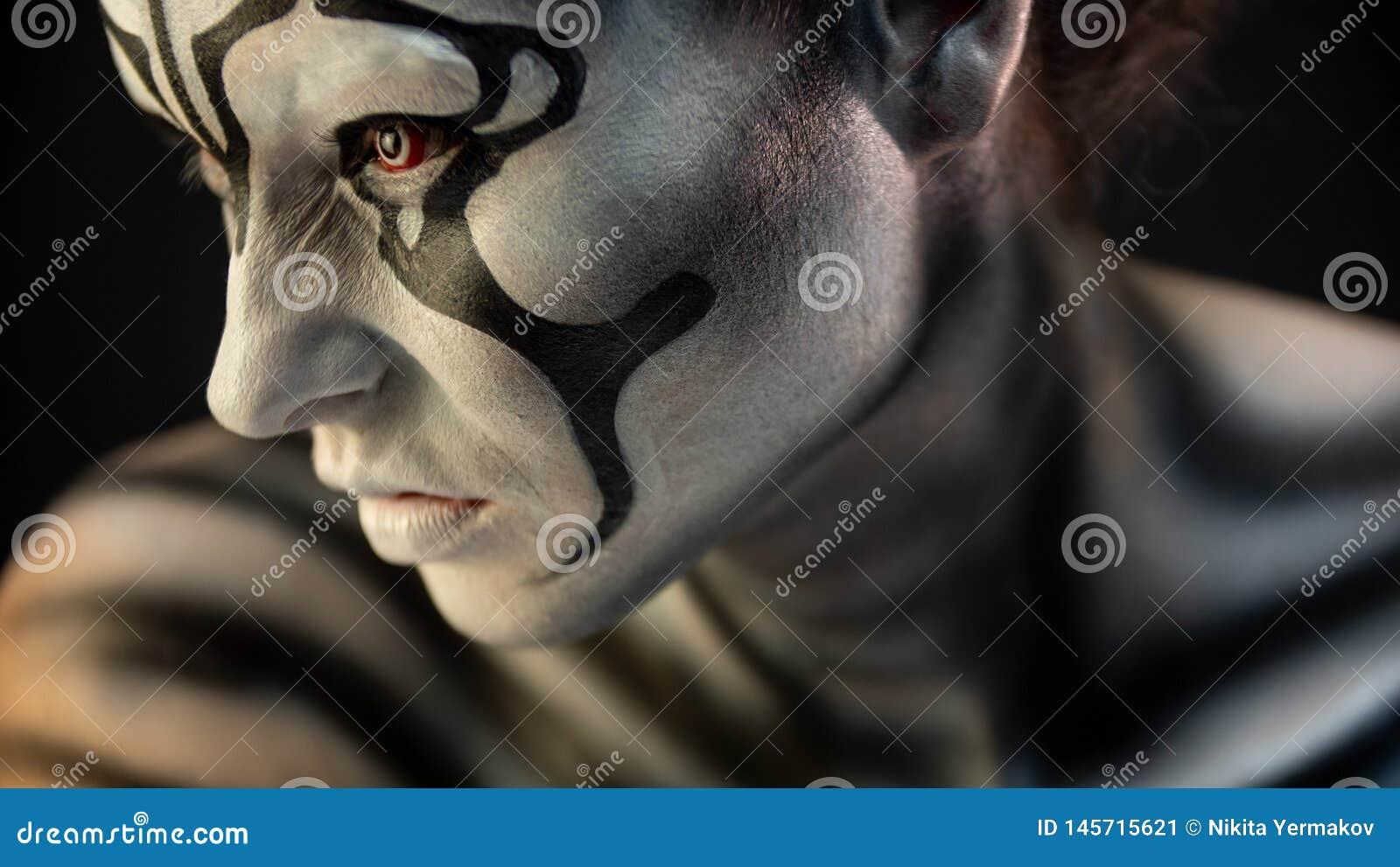 Retrato de la muchacha rizada con maquillaje del arte