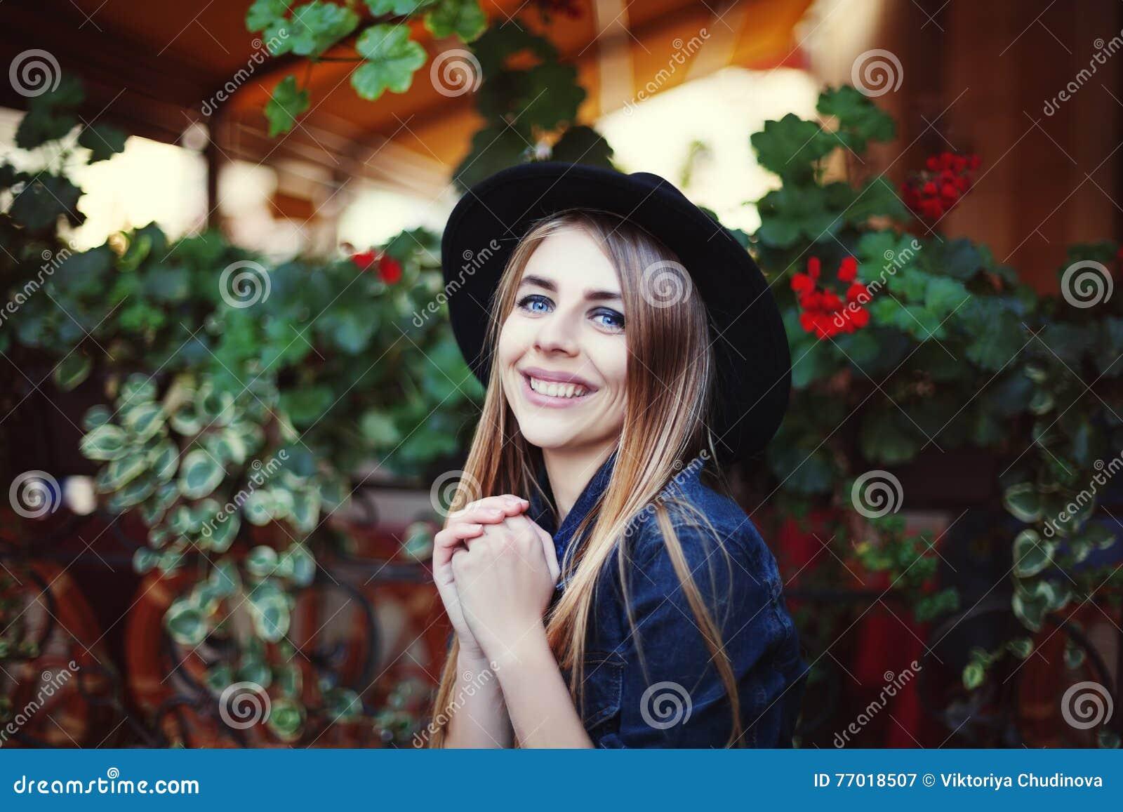 Retrato de la muchacha sonriente linda Fondo colorido