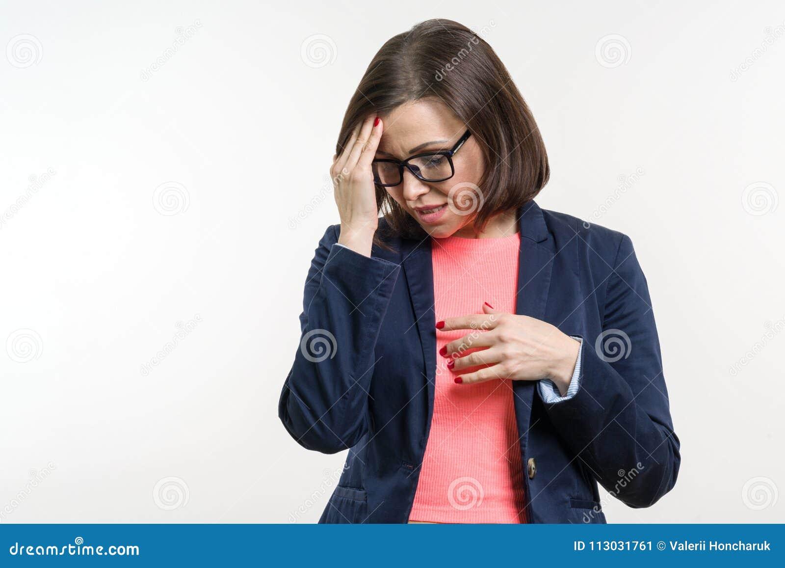 Retrato de la mujer adulta de la depresión triste Estudio blanco del fondo