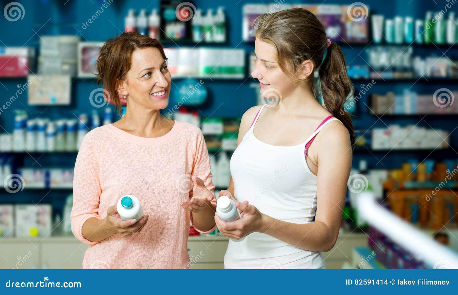 Retrato de la mujer alegre con el adolescente de la hija