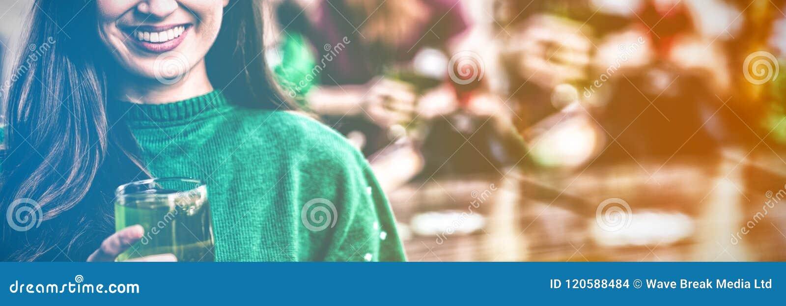 Retrato de la mujer alegre que celebra día del St Patricks