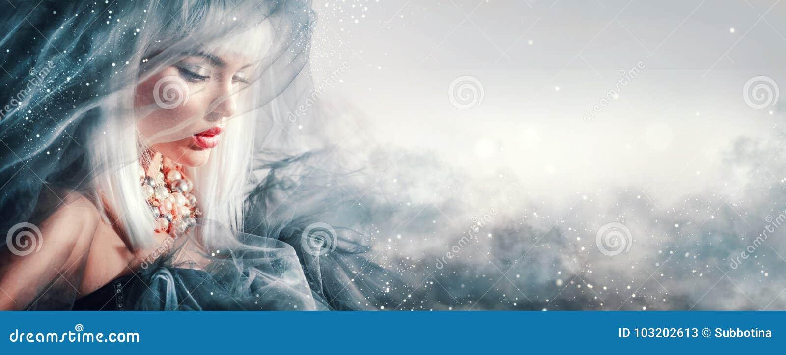 Retrato de la mujer de la belleza Maquillaje y peinado del invierno