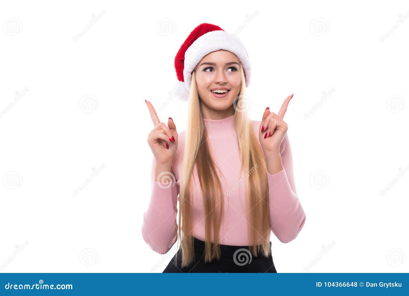 904d53f37c39 Retrato de la mujer bonita alegre en el sombrero rojo de Papá Noel aislado  en el