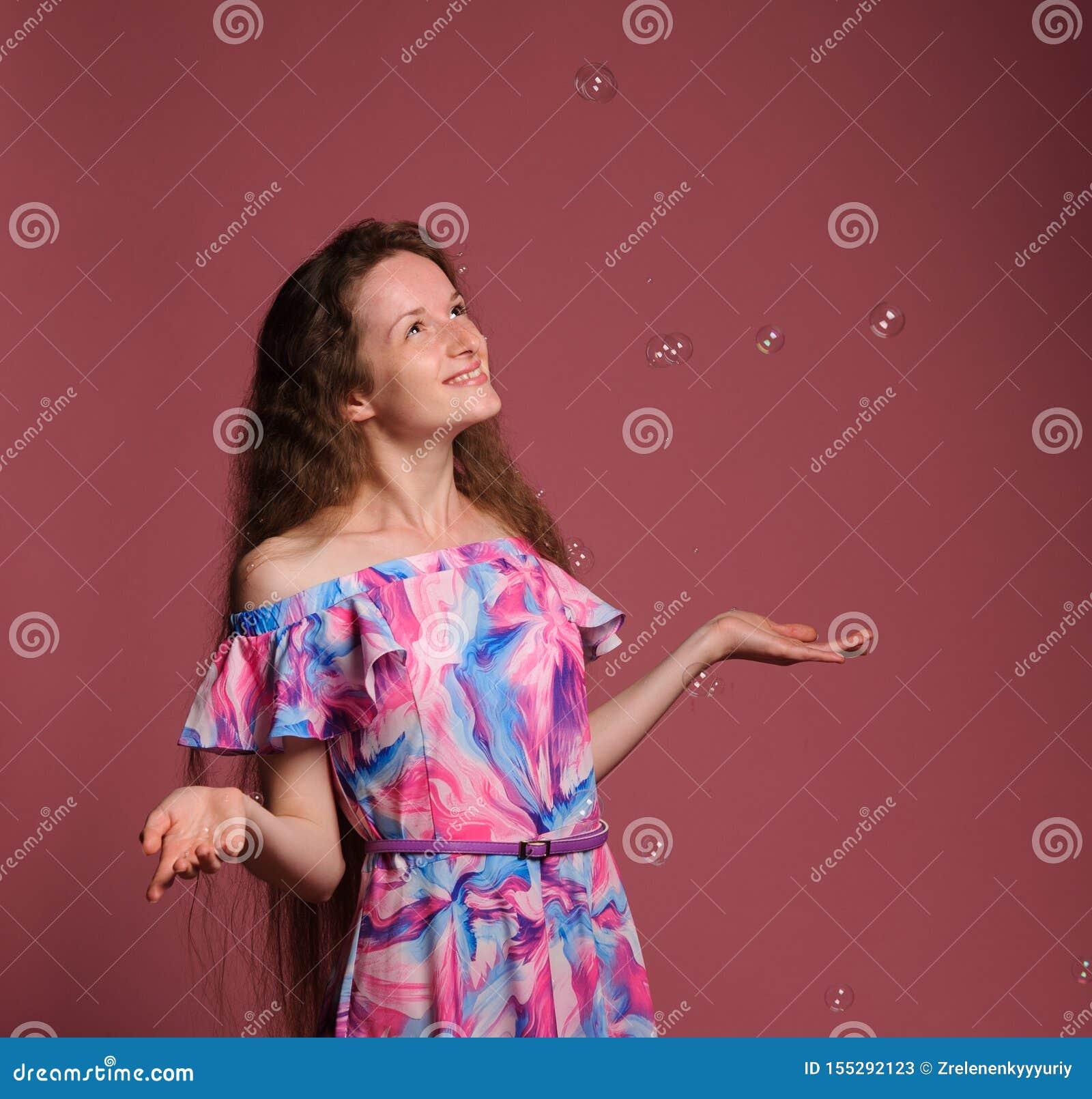 Retrato de la mujer bonita en vestido rosado