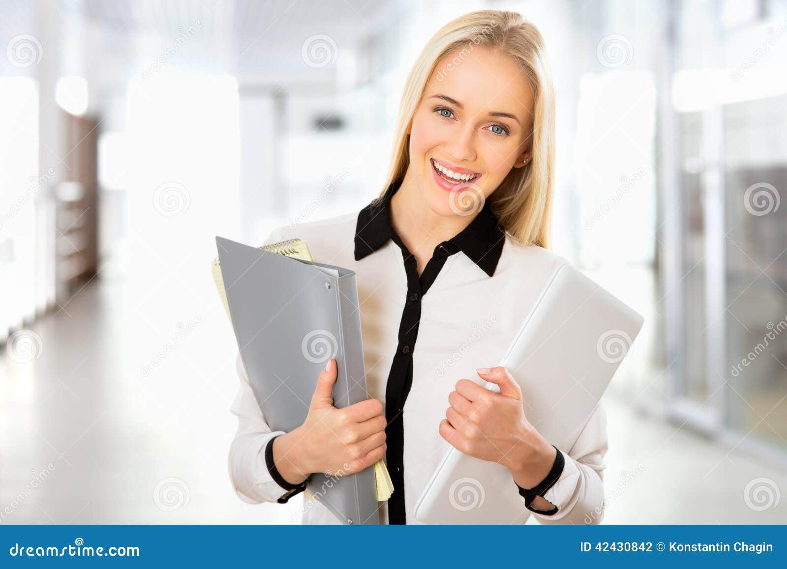 Retrato de la mujer de negocios joven