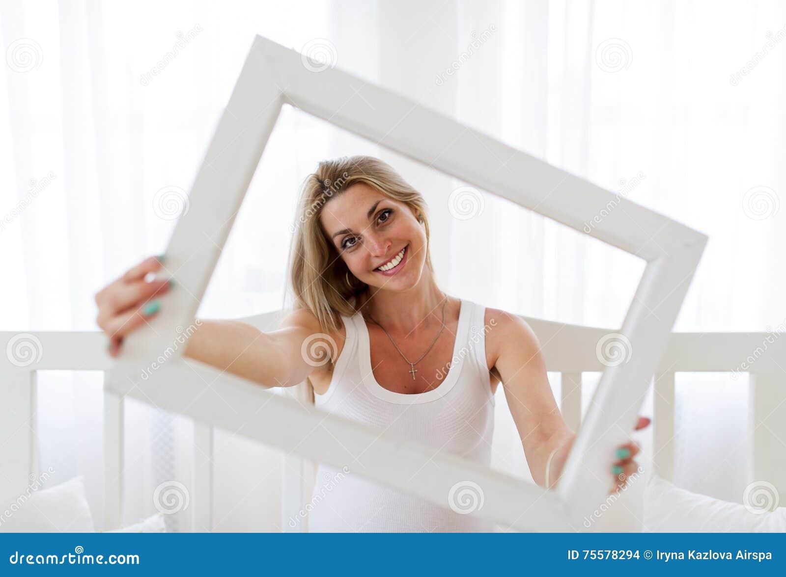 Retrato De La Mujer Embarazada Que Está Mirando Hacia Fuera Un Marco ...
