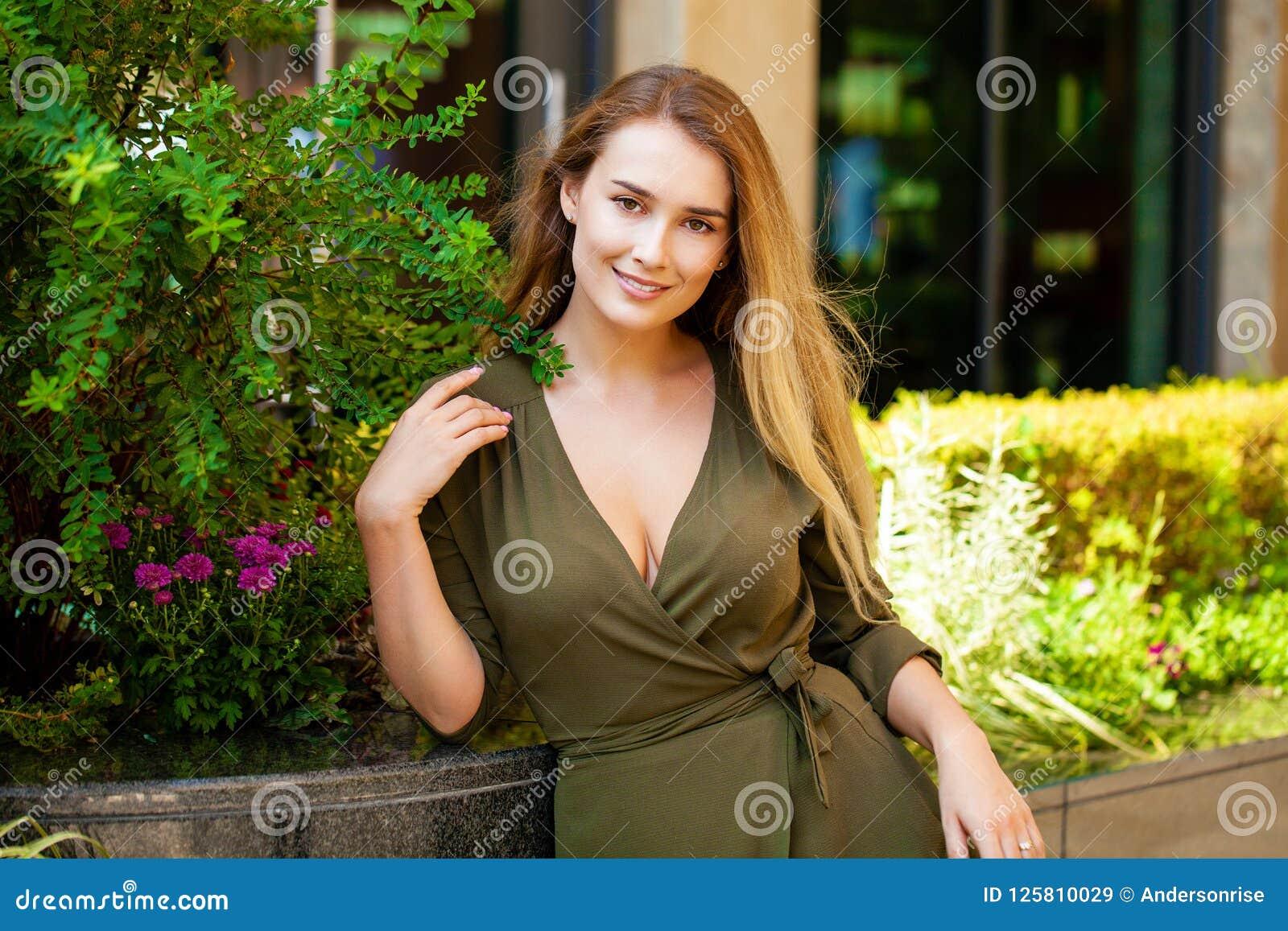 Retrato de la mujer feliz joven hermosa