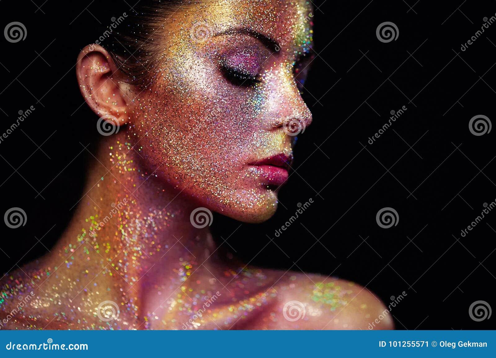 Retrato de la mujer hermosa con las chispas en su cara