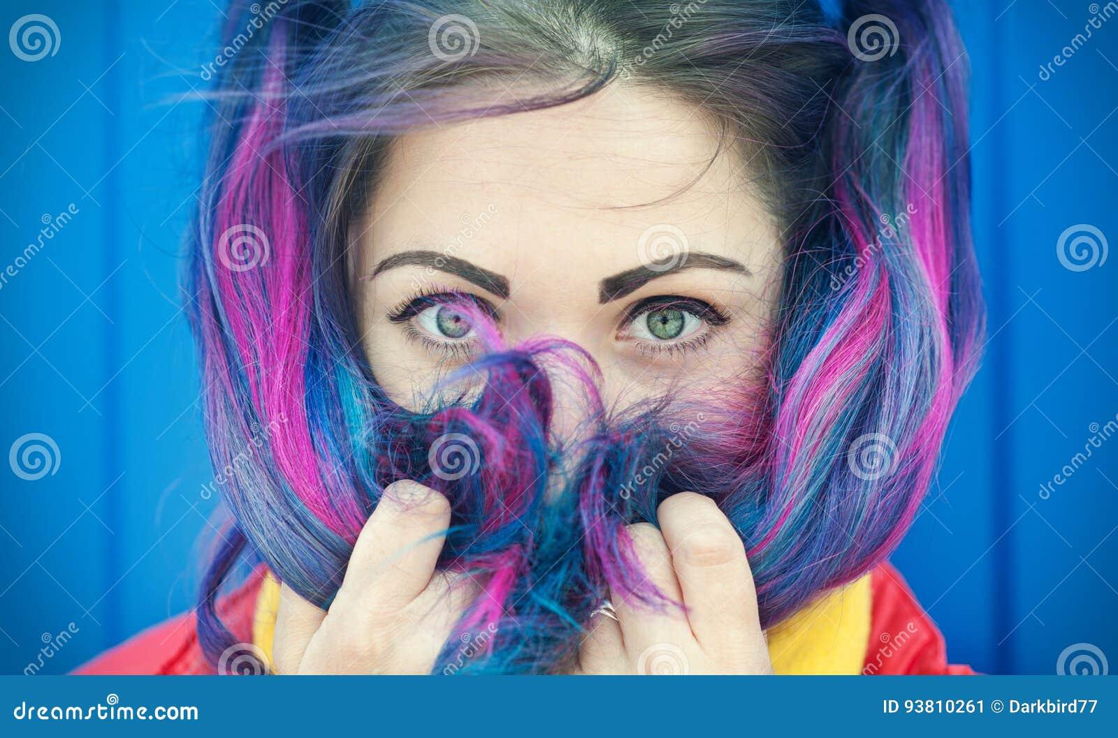 Retrato de la mujer hermosa del inconformista de la moda con el pelo colorido
