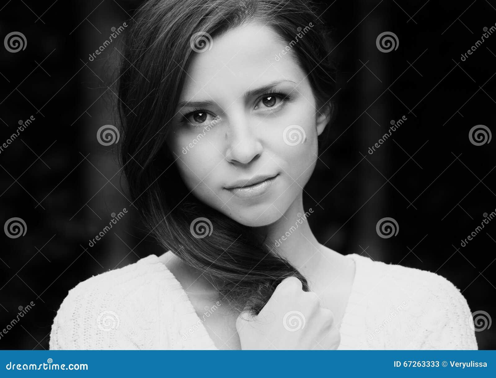 Retrato de la mujer hermosa en blanco negro