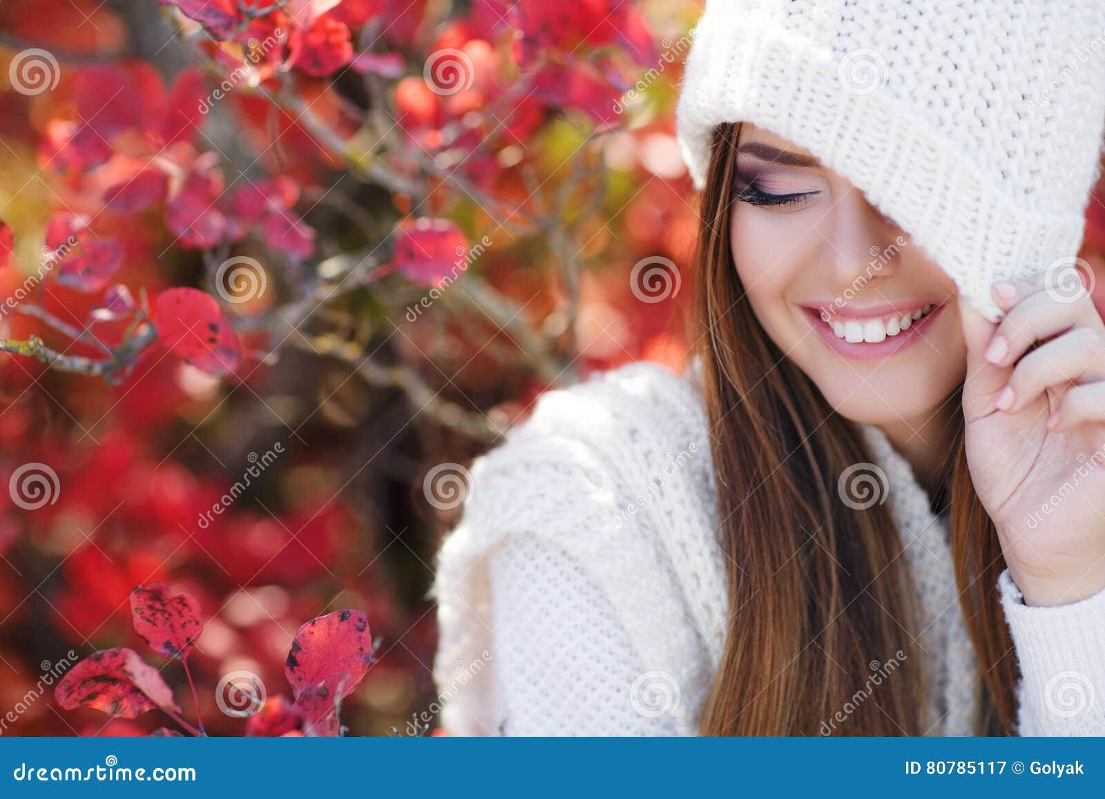 Retrato de la mujer hermosa en parque del otoño