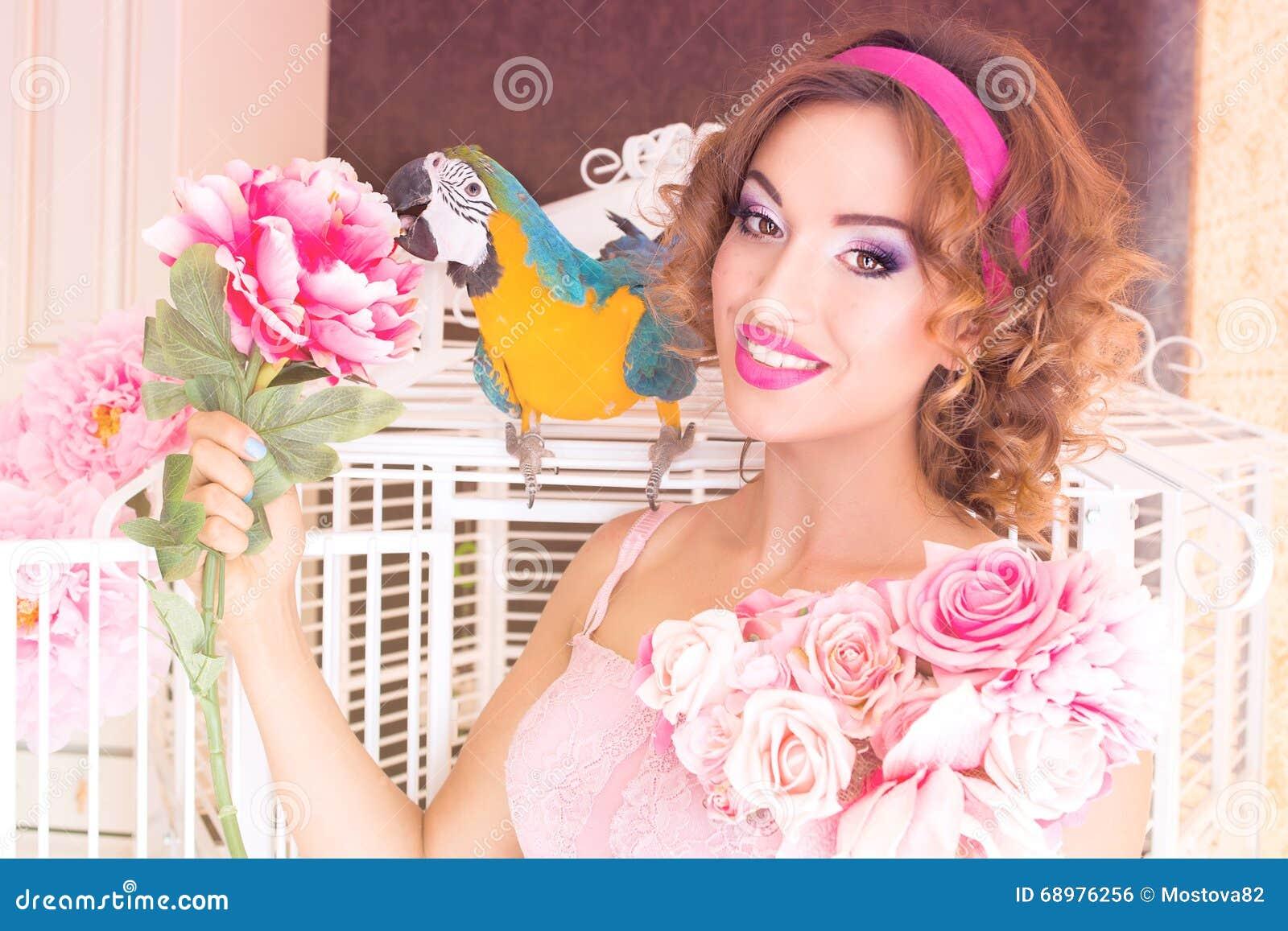 Retrato de la mujer hermosa joven en estilo de la muñeca con el ara