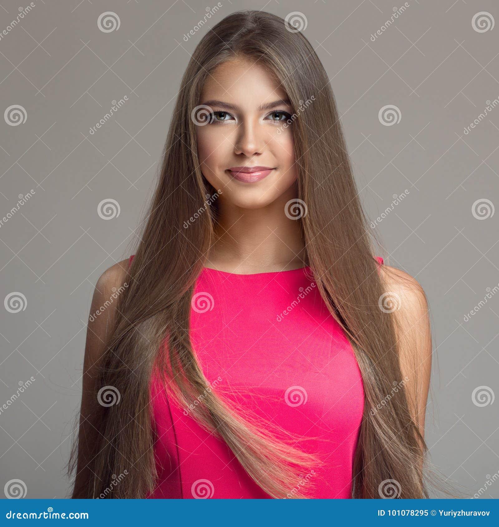 Retrato de la mujer hermosa joven Pelo largo