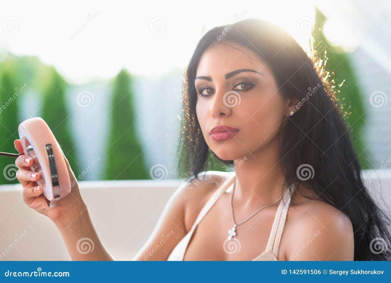 Retrato de la mujer joven agradable