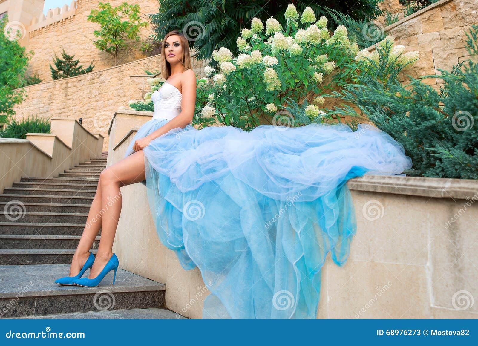 Retrato de la mujer joven del beautilul en vestido azul largo