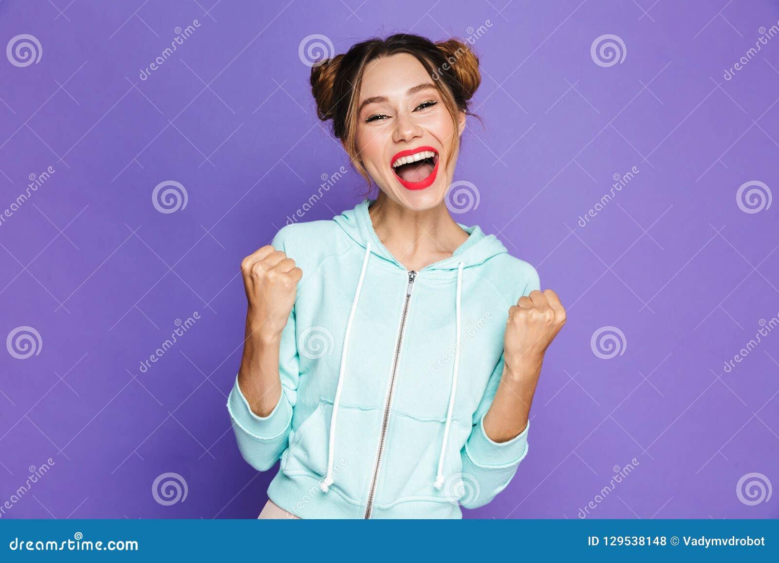 Retrato de la mujer joven del inconformista con dos bollos que disfruta y clen