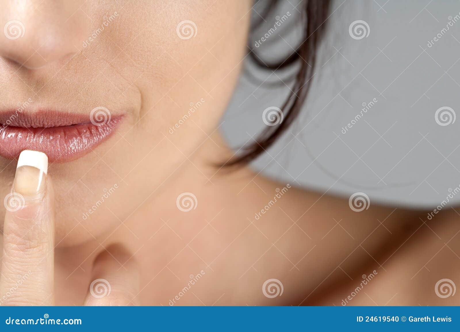 Retrato de la mujer joven en actitud del estilo de la belleza