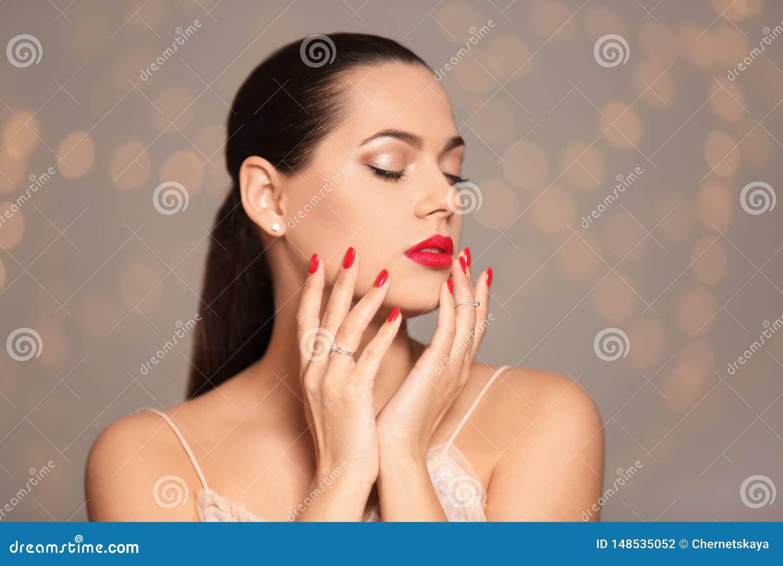 Retrato de la mujer joven hermosa con la manicura brillante Tendencias del esmalte de u?as