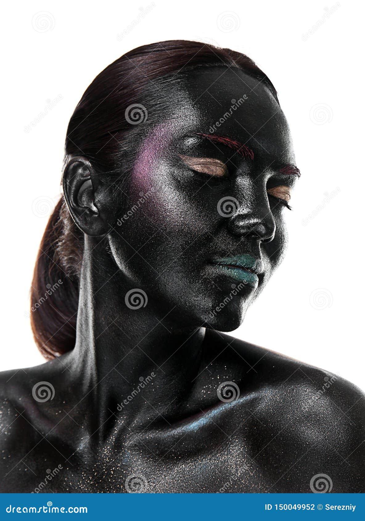 Retrato de la mujer joven hermosa con maquillaje surrealista en el fondo blanco
