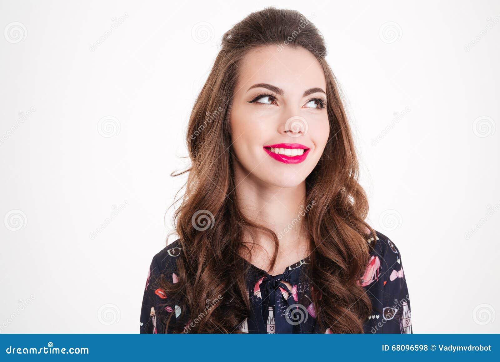 Retrato de la mujer joven sonriente hermosa con los labios rosados brillantes
