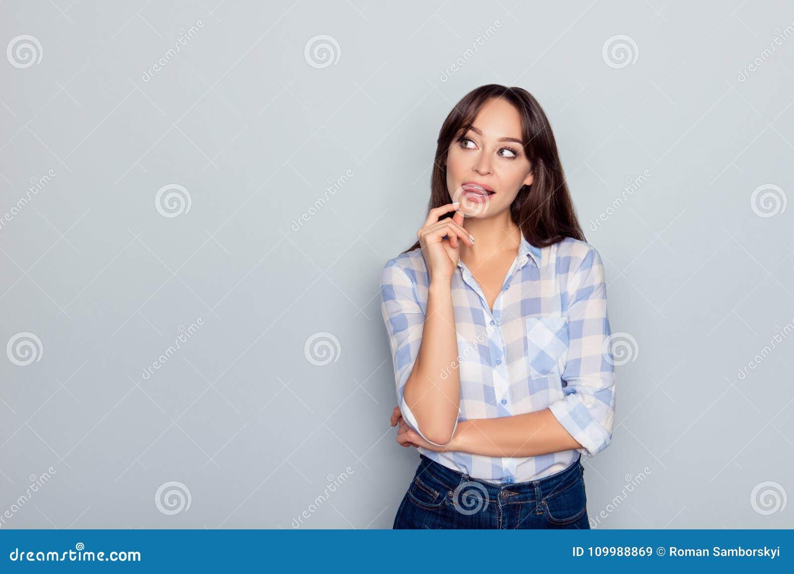 Retrato de la mujer magnífica, agradable, perfecta que lleva a cabo la mano en la barbilla l