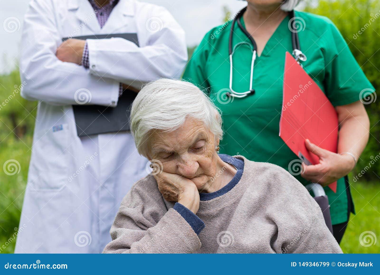 Retrato de la mujer mayor con enfermedad de la demencia