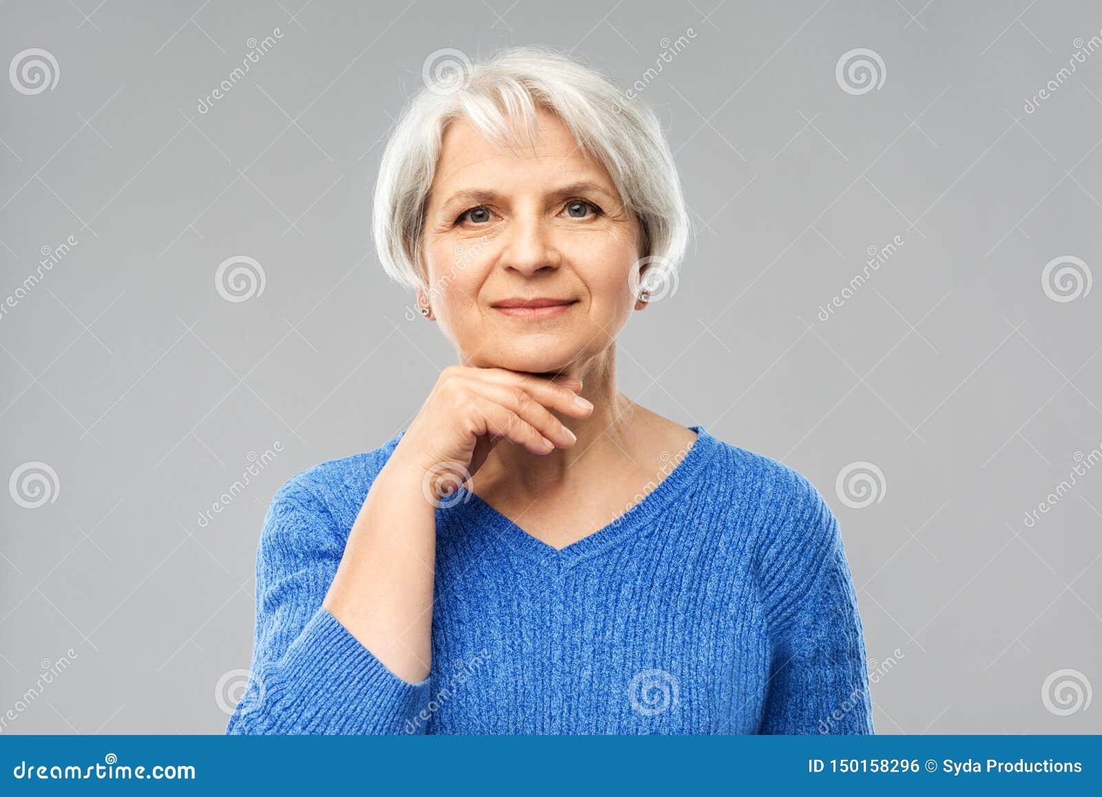 Retrato de la mujer mayor preciosa en suéter azul