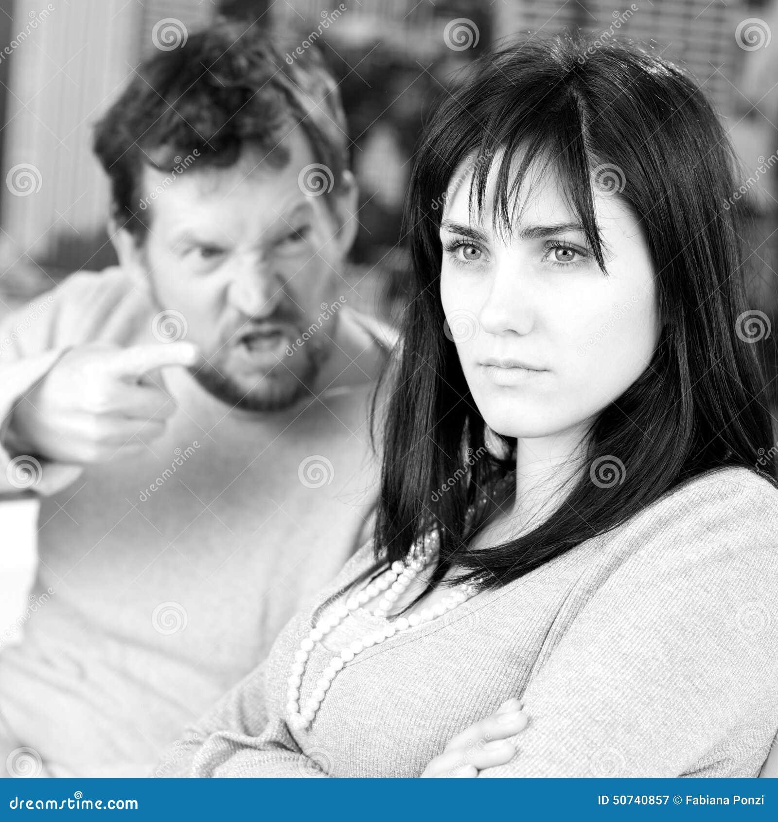Retrato de la mujer que es gritada por el marido en casa blanco y negro