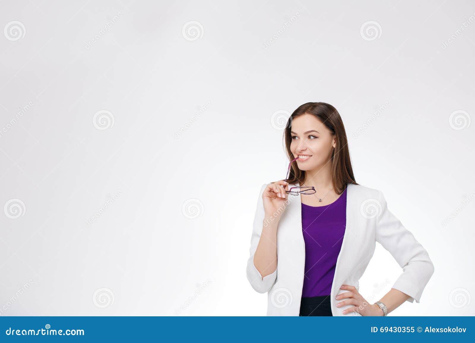 5d5db4b600 Retrato de la empresaria en lentes que piensa mirar pensativo para arriba  el espacio de la copia