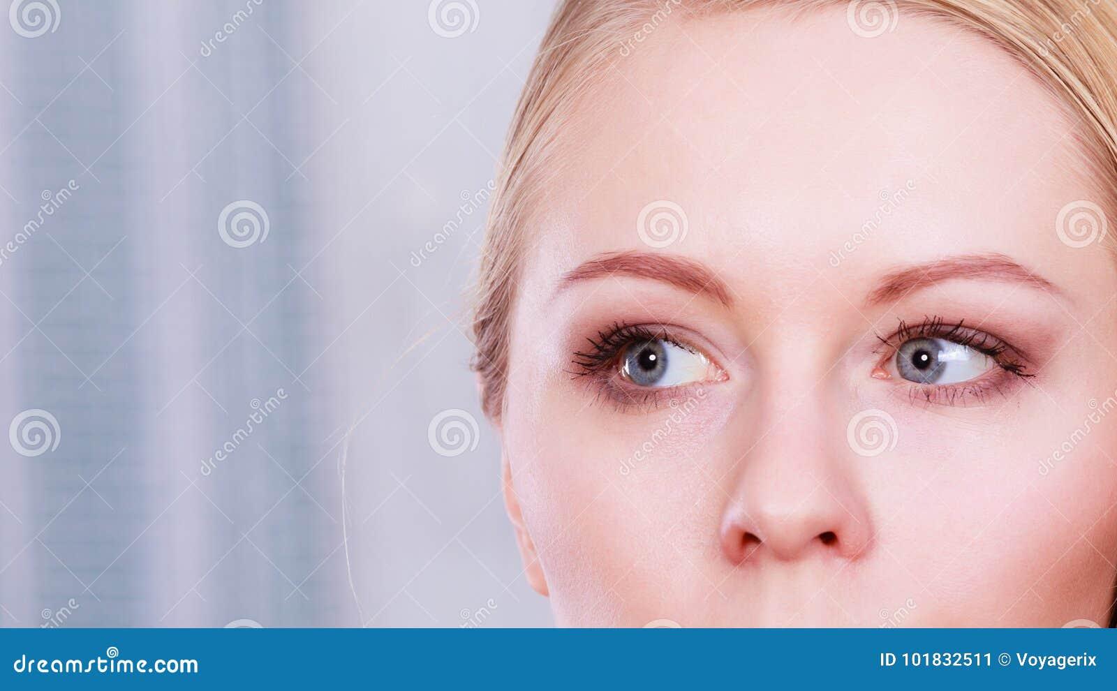 ec5e5f294 Grises Imagen De Mujer Rubia Con Azules Retrato Ojos La Los wOX8nk0PN