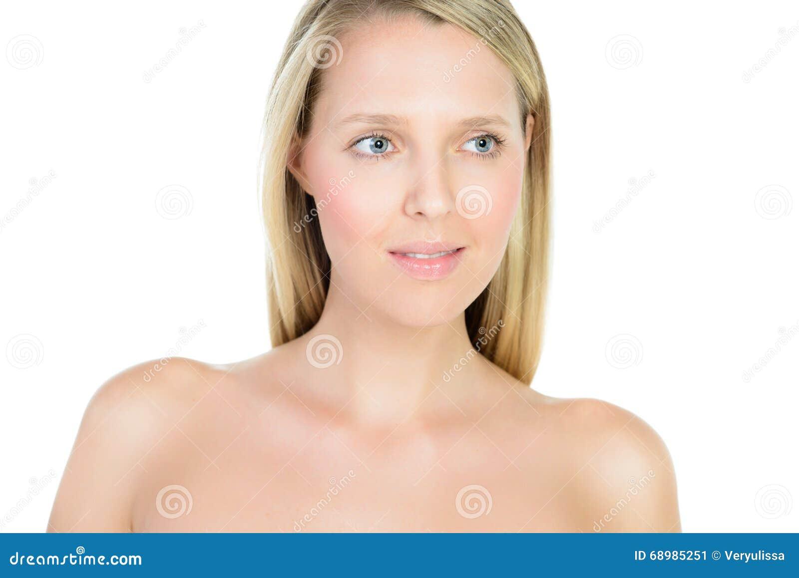 Retrato de la mujer rubia joven hermosa con la cara limpia