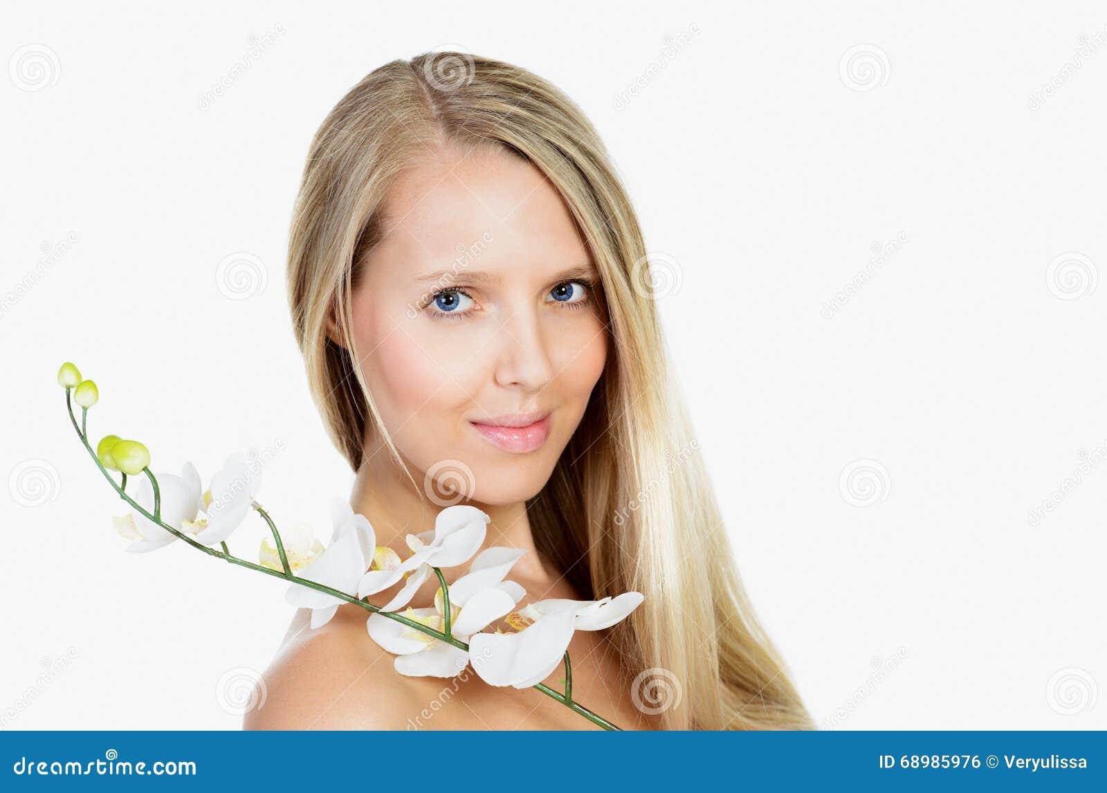 Retrato de la mujer rubia joven hermosa con la cara y la pizca limpias