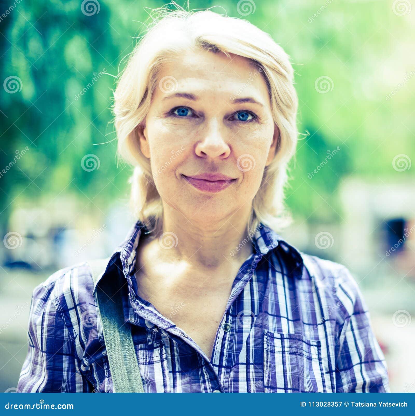Retrato de la mujer rubia mayor