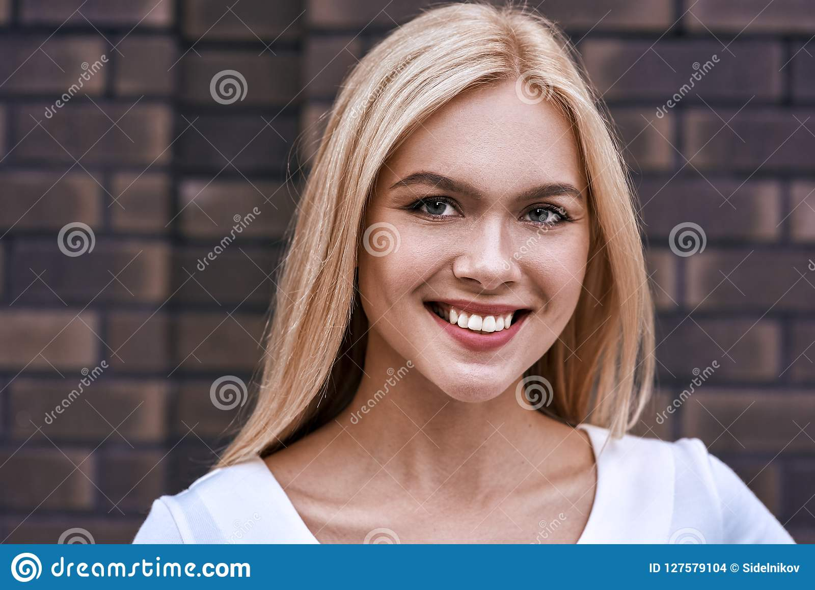 Retrato de la mujer rubia sonriente