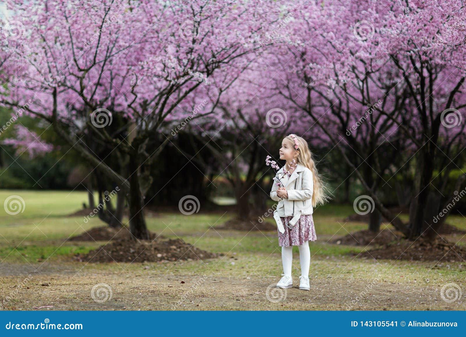 Retrato de la niña linda con el pelo rubio al aire libre Estación de resorte