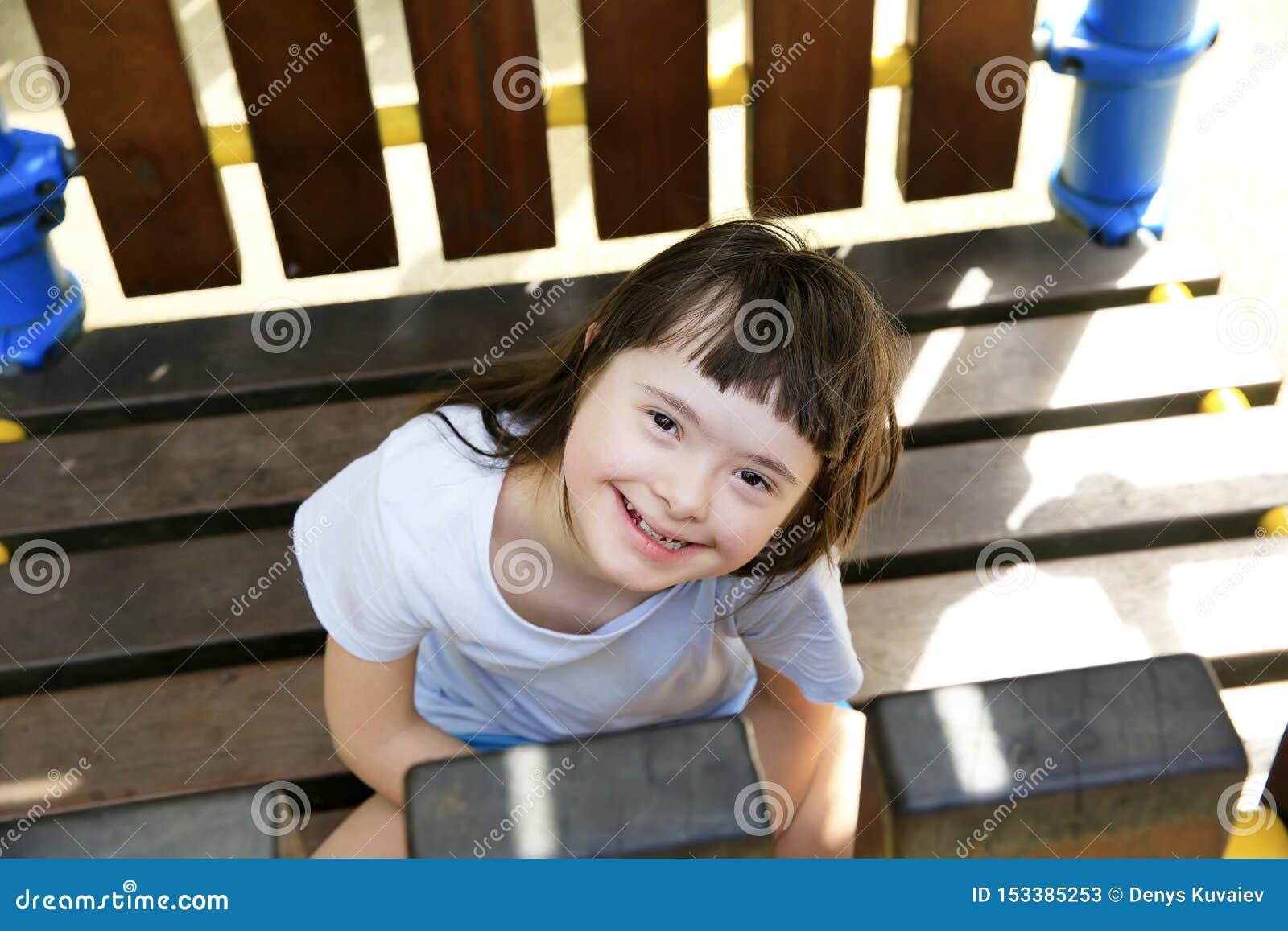 Retrato de la ni?a que sonr?e en el parque