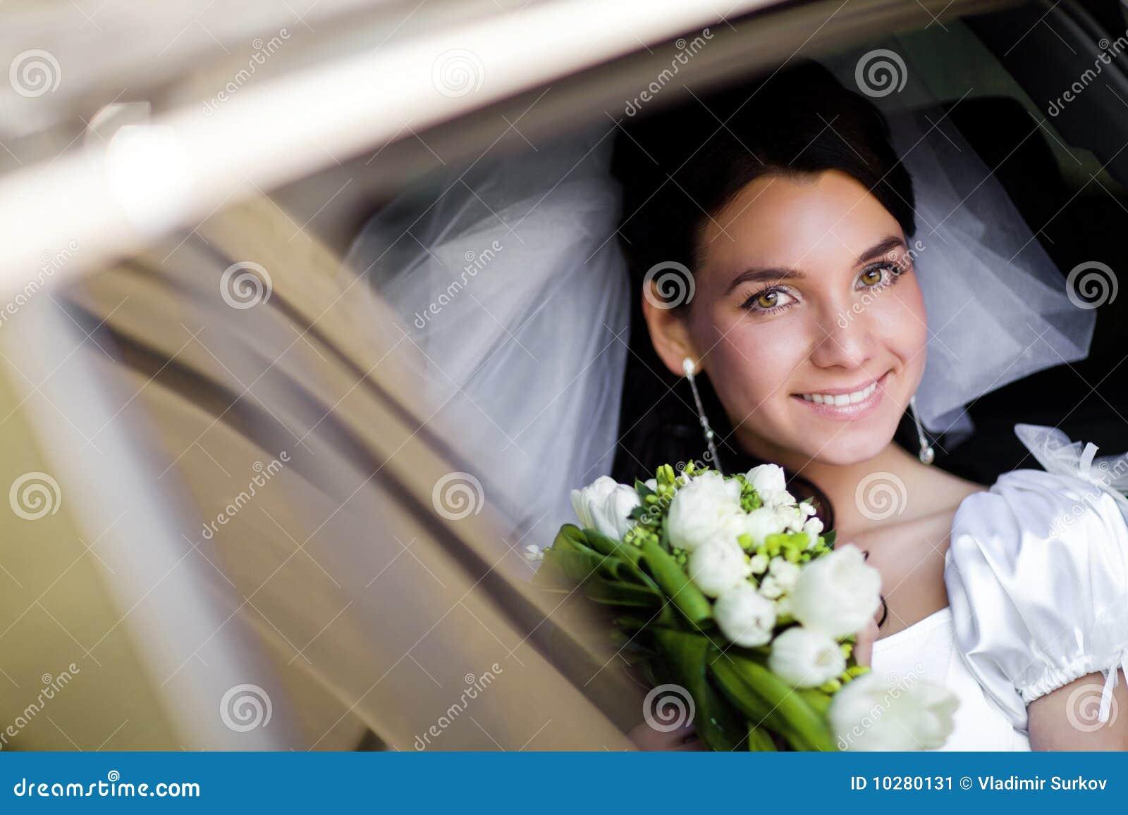 Retrato de la novia en el coche de la boda