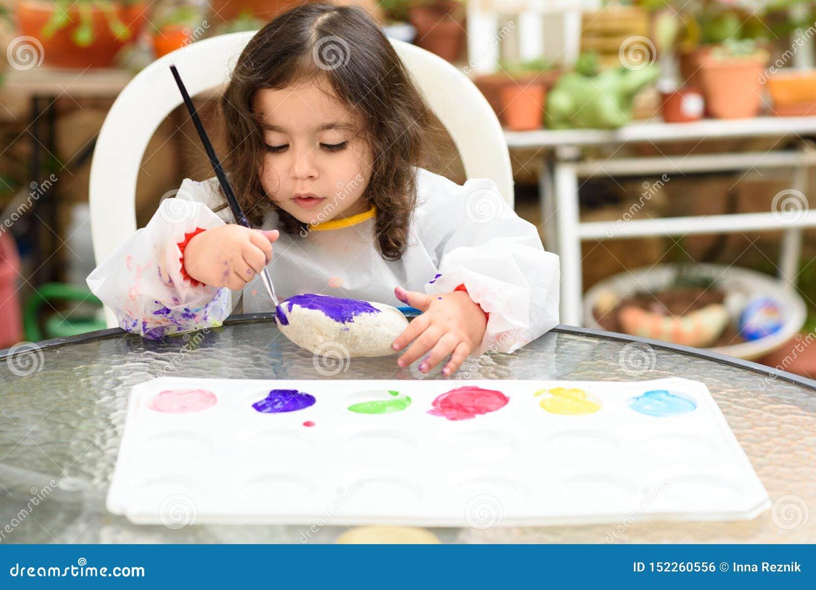 Retrato de la peque?a pintura rubia de la muchacha, verano al aire libre