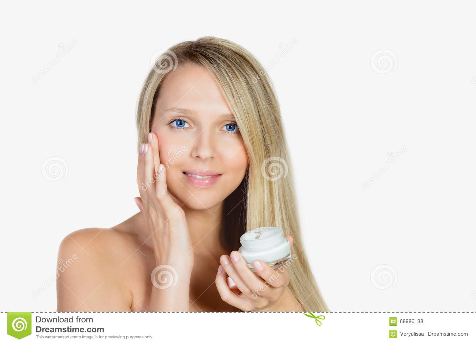 Retrato de la piel de la mujer rubia hermosa o de la creatina conmovedora de la aplicación