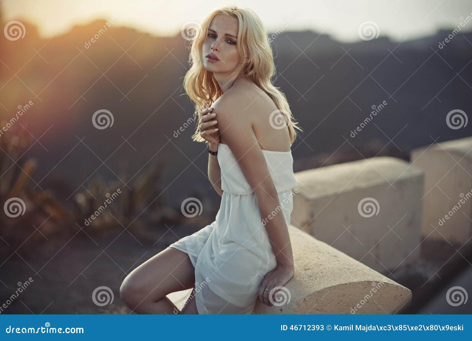 Retrato de la señora joven sensual en el lugar exótico