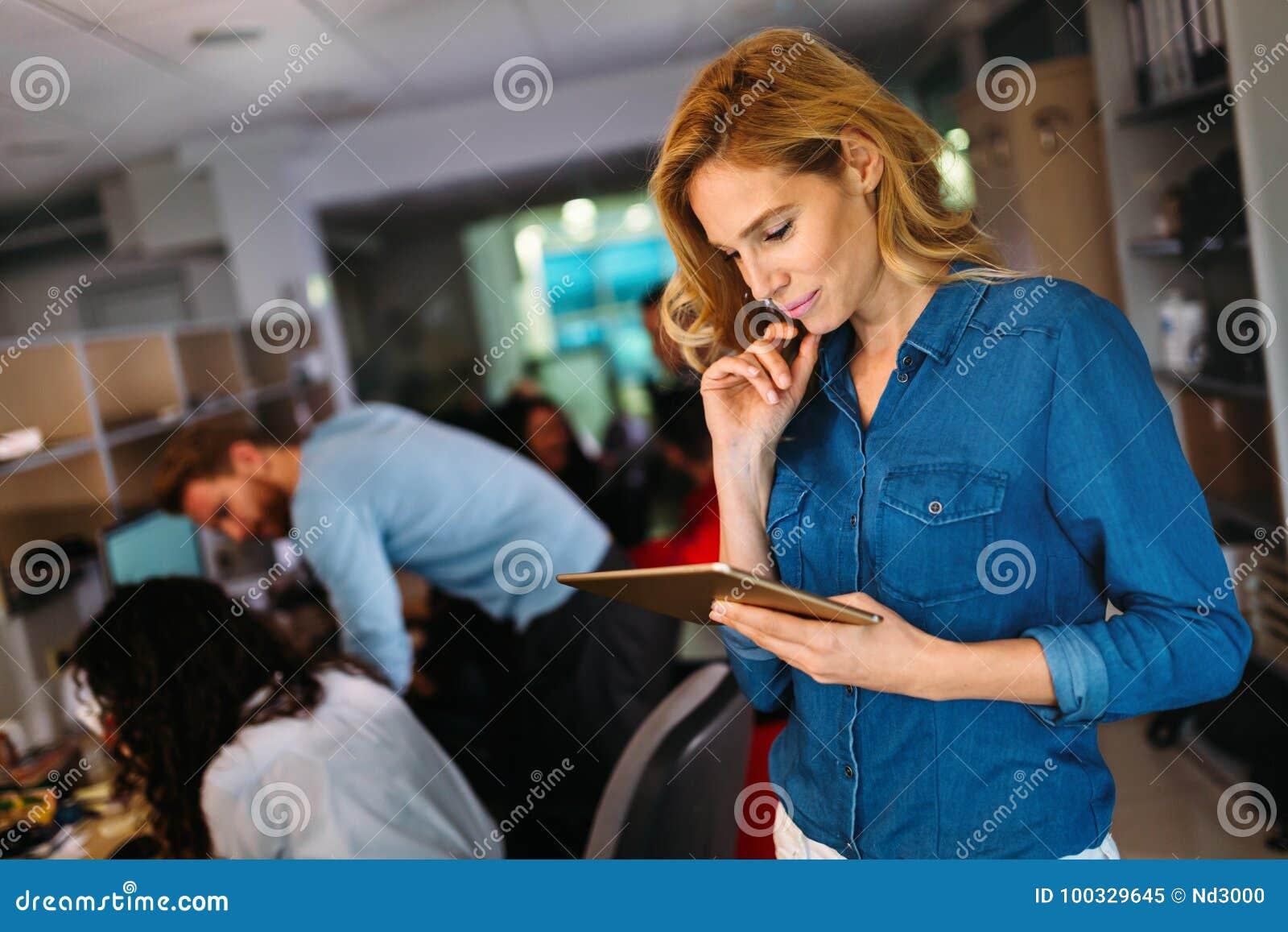 Retrato de la Software Engineer que usa la tableta digital